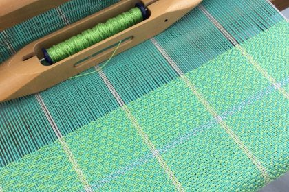 Weaving a twill gamp on a table loom